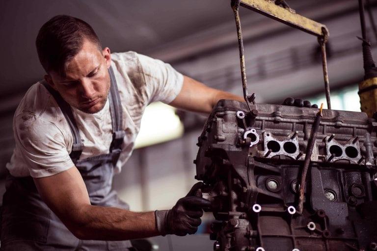 Mann repariert einen Motor