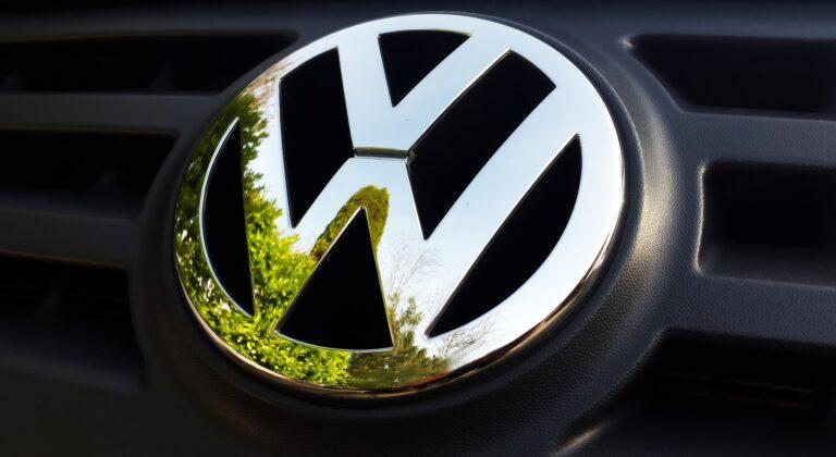 VW Symbol auf Kühler