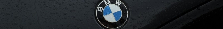 BMW Logo auf schwarzer Motorhaube